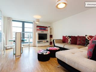 2 Bedroom Limehouse Apartment - Commercial Road - London vacation rentals