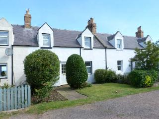 CULZEAN COTTAGE, cottage in coastal hamlet, ideal walking base, close Dunbar Ref 905570 - Dunbar vacation rentals