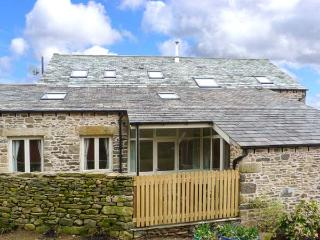 HAWKRIGG COTTAGE, on working dairy farm, off road parking, patio, in Kirkby Lonsdale, Ref 908362 - Selside vacation rentals