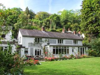 FERRYSIDE, riverside home with woodburner, garden, en-suite, pets welcome, in Symonds Yat, Ref 912477 - Symonds Yat vacation rentals