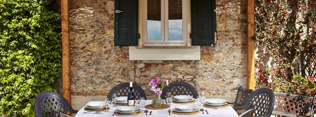 Lunch outdoors under the shade of the pergola - Pisa countryside holiday home rental with pool - Pisa - rentals