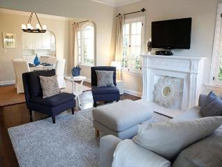 Sparkling Vintage Apartment Surrounded By A Sea Of Green - Hollywood vacation rentals