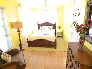 VOTED #1 BY SRQ MAGAZINE- Poet Carriage House (1B) - Sarasota vacation rentals