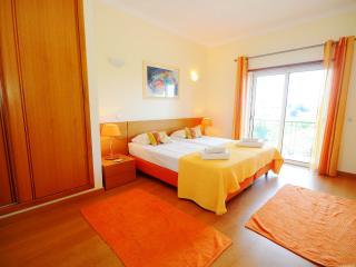 Luxury 2 bed ,Albufeira.Sleeps 6 . Pool and beach. - Albufeira vacation rentals