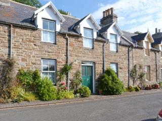 GRANNY'S COTTAGE, stone cottage, spacious accommodation, private garden, in Dunbeath, Ref 916926 - Dunbeath vacation rentals
