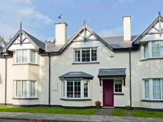 NO. 4 LANSDOWNE VILLAGE, modern, mid-terrace cottage, en-suite, enclosed patio, in Kenmare, Ref 916539 - Lower Saxony vacation rentals