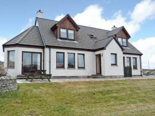 BEN LOYAL VIEW, detached, 3 en-suite bedrooms, pet-friendly, WiFi, near Tongue, Ref 22502 - Durness vacation rentals