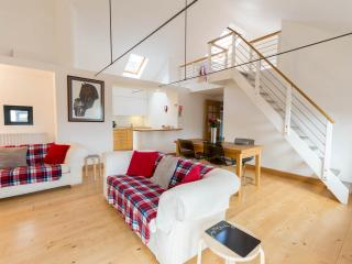 OldTown 2 bedroom  central apartment  with parking - Edinburgh vacation rentals
