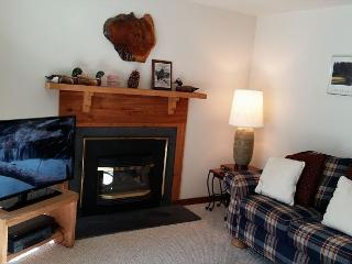 Cozy Sunriver Condo Inviting Views in a Peaceful Setting On the Golf Course - Sunriver vacation rentals