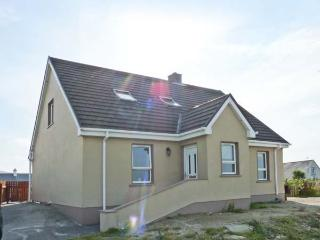 WILD ATLANTIC COTTAGE, open fire, sea views, en-suite, Sky TV, near Derrybeg, Ref. 913336 - Lettermacaward vacation rentals