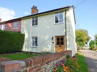 STOKE COTTAGE, open plan, enclosed garden, woodburner, WiFi, near Clare, Ref 915376 - Long Melford vacation rentals
