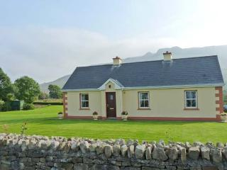 TIEVE BAUN, detached, open fire, mountain views, garden with furniture, near Kinlough, Ref 915832 - Kinlough vacation rentals