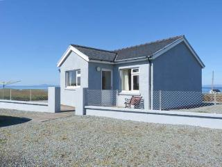 THE HOMER, single-storey, detached cottage, pet-friendly, sea views, near Uig, Ref 915040 - Uig vacation rentals