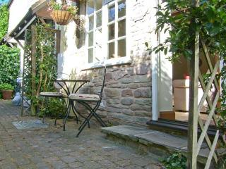OLD TOWN COTTAGE, romantic retreat, set down a private lane, in Ludlow, Ref 915319 - Bridgnorth vacation rentals