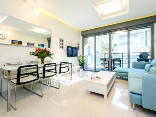 Stunning 4 bed home steps to beach! - Ben Yehuda - Tel Aviv vacation rentals