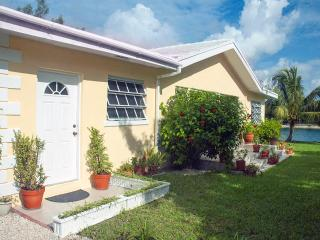 3-bed Waterfront Villa with Ocean Views - 2 min to - Freeport vacation rentals