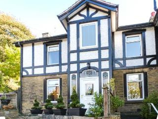 MAGPIE COTTAGE, elevated cottage, scenic views, deck, woodburner, close National Parks, Holmfirth Ref 916590 - Langtoft vacation rentals