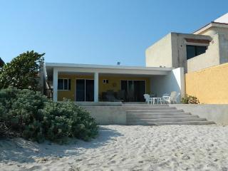 CASA MLL.PRECIOSA CASA FRENTE AL MAR CON HABITACIONES BIEN ILUMINADAS Y PISCINA. - Yucatan vacation rentals