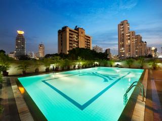 3 BR Apartment BTS Sukhumvit FREE BREAKFAST & WiFi - Bangkok vacation rentals