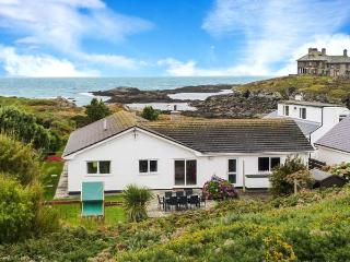 THE BEACH HOUSE, ground floor, detached cottage, hot tub, woodburner, Smart TV, sea views, in Trearddur Bay, Ref 914927 - Caergeiliog vacation rentals