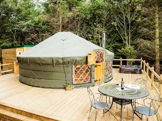 THE ROWAN YURT, wonderful romantic retreat, woodburner, hot tub, shared swimming pool, in Hepworth, Ref 917044 - Langtoft vacation rentals