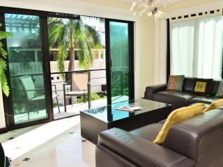 2 bdr condo, great locat, rooftop pool w/sea views - Playa del Carmen vacation rentals