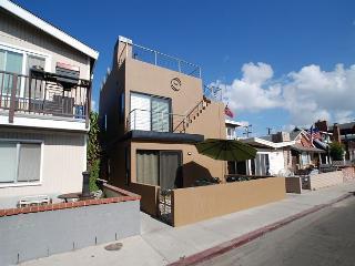 Contemporary 3 Bedroom Lower Condo! Walking Distance to Beach! (68219) - Newport Beach vacation rentals
