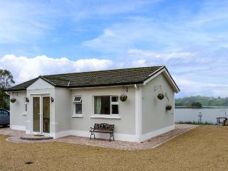 MILLTOWN COTTAGE, all ground floor, multi-fuel stove, WiFi, private jetty and boat on lough, near Shercock, Ref 905728 - Shercock vacation rentals