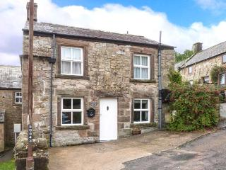 WALTON COTTAGE, feature stonework and beams, woodburning stove, WiFi, in Winster, Ref 915950 - Derbyshire vacation rentals