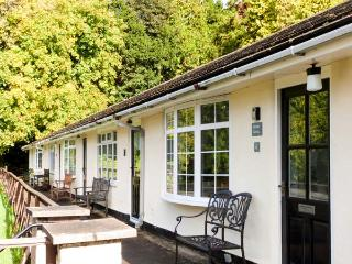 PRIORY GHYLL, ground floor, social living space, lake views, direct shore access, near Windermere, Ref 916879 - Troutbeck Bridge vacation rentals