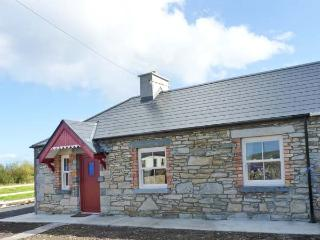 AGGIE'S COTTAGE, solid fuel stove, all ground floor cottage, great touring base near Ballycastle, Ref. 917099 - Castlelacken vacation rentals