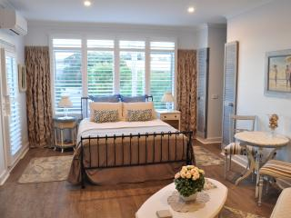 Sailaway Beach House ,Boutique Accommodation, in room double spa, 50 meters from the beach - Pakenham vacation rentals