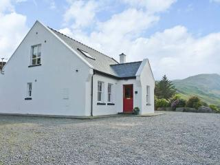 HOLLY GLEN, quality detached cottage, open fire, freestanding bath, ideal for families, near Ardara, Ref 915306 - Ardara vacation rentals