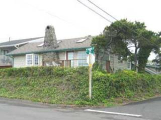 Charming Cottage Near the Beach. Pet Friendly and Private Hot Tub - Lincoln City vacation rentals