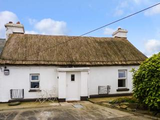 WHISPERING WILLOWS, luxury thatched cottage, romantic retreat, multi-fuel stove, near Malin Head, Ref 905740 - Buncrana vacation rentals