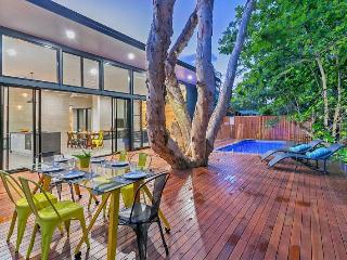 5 Bedrooms, pool, 5 min walk to Clifton beachfront - Cairns vacation rentals