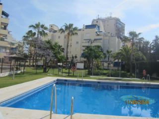 Fuengirola centro con piscinas, parking y wifi, cerca de la playa. - Fuengirola vacation rentals