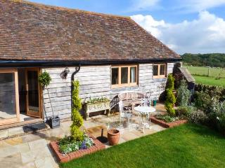THE BYRE, character barn conversion, en-suite facilities, country views, near Heathfield, Ref 917549 - East Sussex vacation rentals