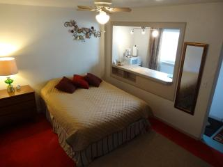 Vacation Studio - Cozy & Clean for Two! - Lakeside vacation rentals