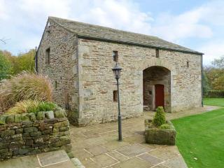 LOW LAITHE BARN, open plan living area, WiFi, beautiful views, near Addingham, Ref. 918051 - Halifax vacation rentals