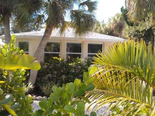 Large Studio. Walk to Village. Couple Getaway! - Siesta Key vacation rentals