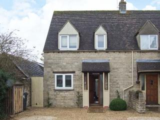 HOUR COTTAGE, Cotswold stone cottage, woodburner, WiFi, off road parking, in Stow-on-the-Wold, Ref 912836 - Warwickshire vacation rentals