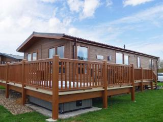 CASTLE VIEW LODGE, ground floor lodge with hot tub, lake views, en-suite, on-site faciltiies, near Tattershall, Ref. 916115 - Grantham vacation rentals