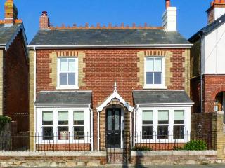 MODWENA, beautiful cottage with 2 woodburners, WiFi, near beach, in Yarmouth, Ref. 904659 - Bournemouth vacation rentals