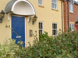 SEASIDE COTTAGE, ground floor apartment, pet-friendly, shared on-site facilities, near Filey, Ref 917301 - Filey vacation rentals