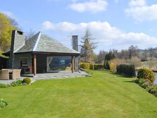 RIVERSIDE, hot tub, WiFi, Sky TV, beautiful views, ground floor cottage in Pooley Bridge, Ref. 918305 - Pooley Bridge vacation rentals