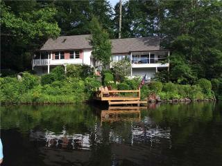 LAKEFRONT 3BR*Sleeps 8* fire pit* dock*Xbox - Highlands vacation rentals