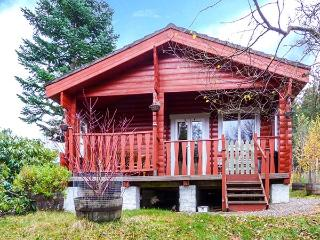 ROWAN LODGE, spacious, ground floor log cabin, WiFi, great base for walking, near RSPB Tollie Red Kites, Strathpeffer, Ref 91560 - Inverness vacation rentals