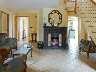 KYLE COTTAGE, detached, open fire, en-suite Jacuzzi baths in all bedrooms, hot tub, use of fishing lake, near Roscrea, Ref 91710 - Tipperary vacation rentals