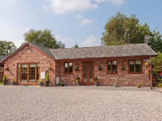 WILD DUCK LODGE, detached, single-storey, corner bath, ample parking, views of open fields, near Mawdesley, Ref 916440 - Blackpool vacation rentals
